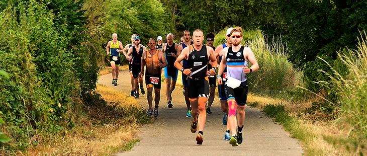 Deelnemers fietsen 20 km tijdens de 1/8 triathlon in Stein voor KiKa.