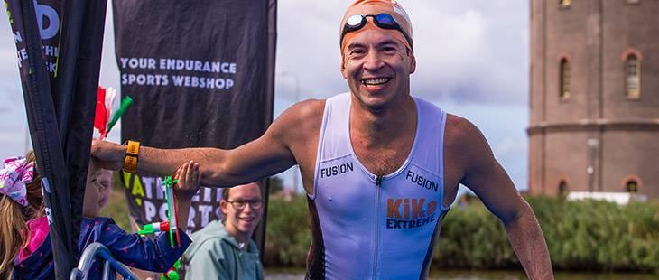 Deelnemer zwemt 500 meter tijdens de 1/8 triathlon in Westzaan voor KiKa.