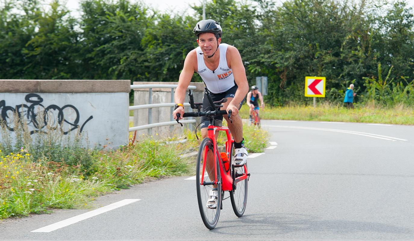 afbeelding van KiKathlon deelnemers die 20km fietsen voor KiKa