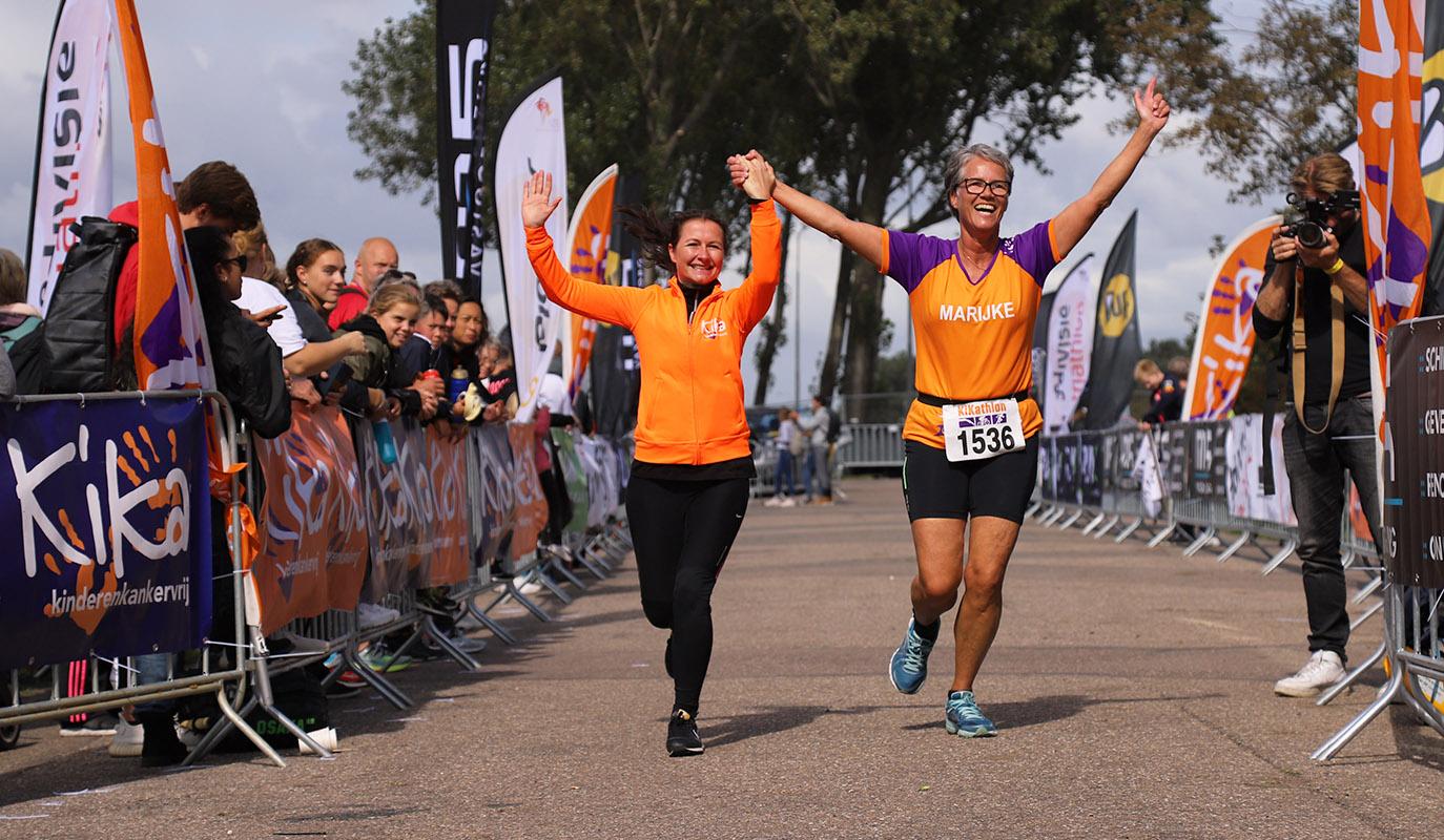afbeelding van KiKathlon deelnemers die 5km hardlopen voor KiKa