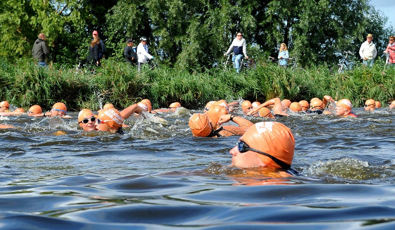 afbeelding van KiKathlon deelnemers die 500m zwemmen voor KiKa